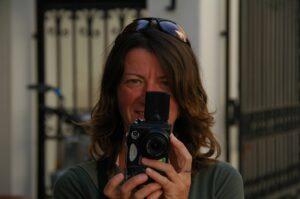 fiori dell'etna - grazia pietruzzella con la sua macchina fotografica Erboristeria siciliana, la tua erboristeria online